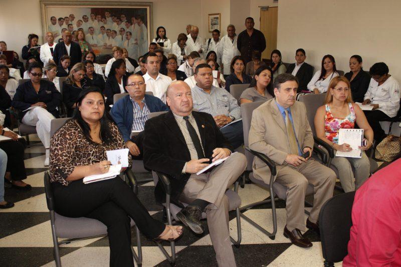 Dr. Samuel Viloria en compañía de su equipo de trabajo