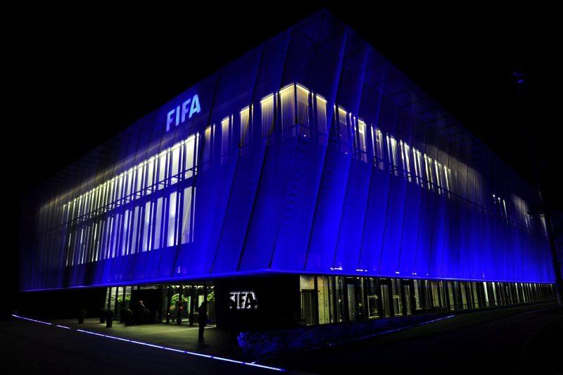 ZU001 ZÚRICH (SUIZA) 27/05/2015.- Fotografía de archivo tomada el 20 de octubre de 2010 que muestra la sede de la FIFA en Zúrich iluminada por la noche. El Ministerio de Justicia y Policía de Suiza confirmó la detención esta madrugada por cargos de corrupción de seis altos responsables de la FIFA en Zúrich, cuando se encontraban en el hotel en el que se alojan en esa ciudad para participar en el congreso de la organización. Las autoridades helvéticas indicaron que se prevé su extradición a Estados Unidos, donde una fiscalía de Nueva York les investiga por haber aceptado sobornos y comisiones desde principios de los noventa hasta la actualidad. EFE/Steffen Schmidt