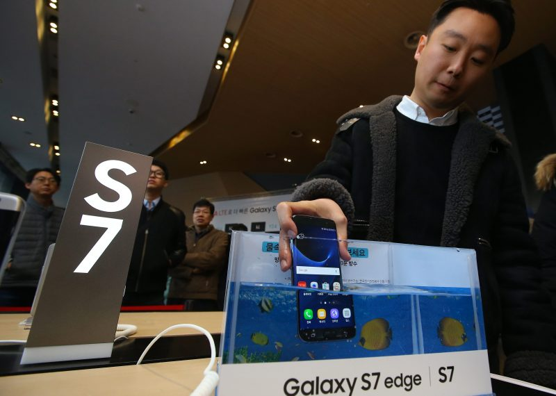 SEU01. SEÚL (COREA DEL SUR), 10/03/2016.- Un cliente sumerge un ejemplar del nuevo celular Galaxy S7 de la empresa Samsung Electronics Co. en una pecera hoy, jueves 10 de marzo de 2016, para probar su resistencia al agua durante su lanzamiento en Seúl (Corea del Sur). EFE/YONHAP/PROHIBIDO SU USO EN COREA DEL SUR COREA DEL SUR SAMSUNG