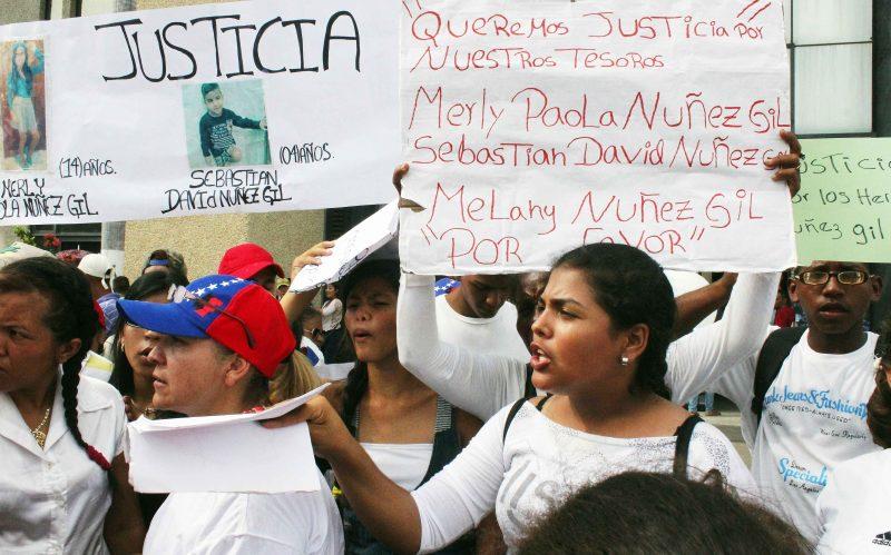 PROTESTA EN TRIBUNALES FAMILIARES Y AMIGOS DE LOS HERMANITOS NUNEZ GIL PROTESTAN POR LA SUPUESTA LIBERACION DEL CONDUCTOR QUE LAS MATO DIGITAL LEONEL SANDREA 01-06-2016